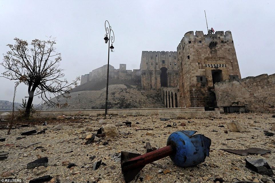 Os restos de uma concha são retratados fora cidadela histórico de Aleppo ontem.  Um acordo de cessar-fogo já foi atingido entre o governo e os rebeldes