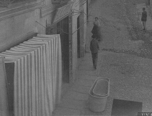 Tienda de alquiler y venta de bañeras en la Plaza de la Magdalena de Toledo en el siglo XIX. Foto de Casiano Alguacil (detalle)