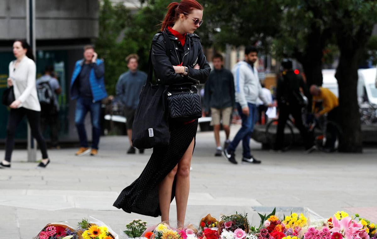 Una mujer, ante el homenaje a las víctimas en el Puente de Londres.