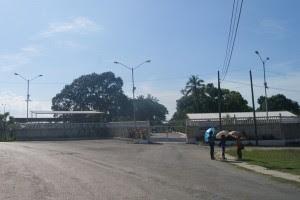 """Entrada al centro de detenciones para opositores politicos """"El Vivac""""_www.miscelaneasdecuba.com"""
