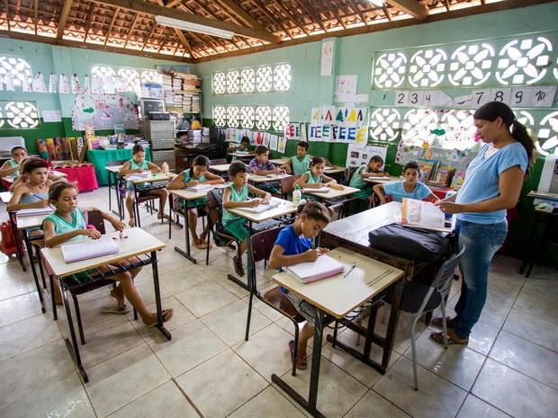 Alunos de séries diferentes dividem a mesma sala de aula na Escola Estadual Indígena Itapó, da tribo Karapotó Plak-ô