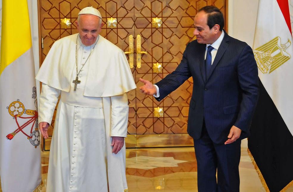 O presidente do Egito Abdel Fattah al-Sisi recebe o papa Francisco no Cairo  (Foto: HO / AFP)
