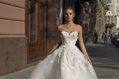 These sexy & sophisticated wedding dresses will make your