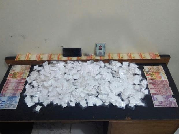 Porções de cocaína e dinheiro foram apreendidos com rapaz em Bragança Paulista (Foto: Divulgação/Polícia Militar)