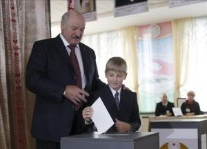El presidente de Bielorrusia Alexander Lukashenko, junto a su hijo mejor Nikolai, deposita su voto en una urna durante las elecciones parlamentarias que se celebran hoy, domingo 23 de septiembre de 2012, en un colegio electoral en Minsk, Bielorrusia. EFE