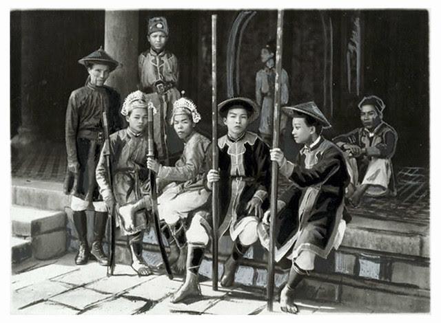 Hue 1926 - Cérémonie de l'intronisation de Sa Majesté Bao Dai. Groupe de gardes du palais et de porteurs