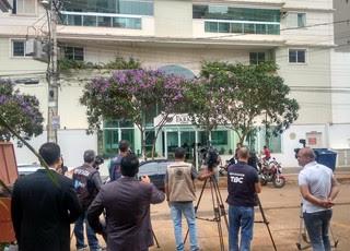 Imprensa espera em frente ao prédio de Marcelo Cabo (Foto: Sílvio Túlio / GloboEsporte.com)