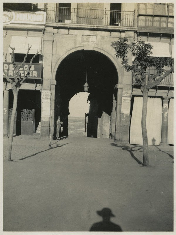 Plaza de Zocodover y Arco de la Sangre en 1935. Fotografía de Dorothy E. Johnston © The Royal Geographical Society, London