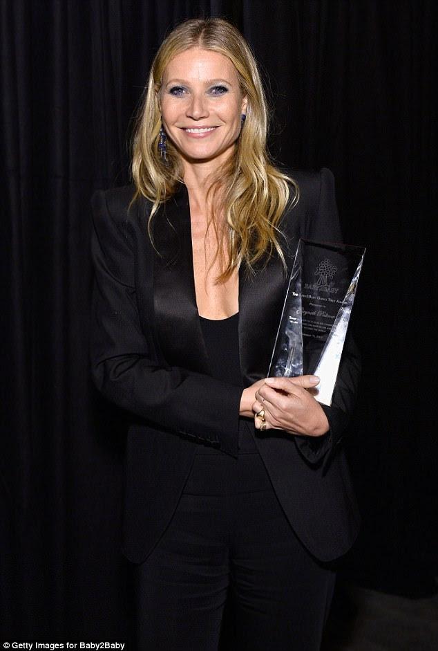 Parabéns: A atriz de caridade foi homenageada com o prestigiado prêmio Giving Tree no evento e abriu um sorriso orgulhoso enquanto pegava seu gongo