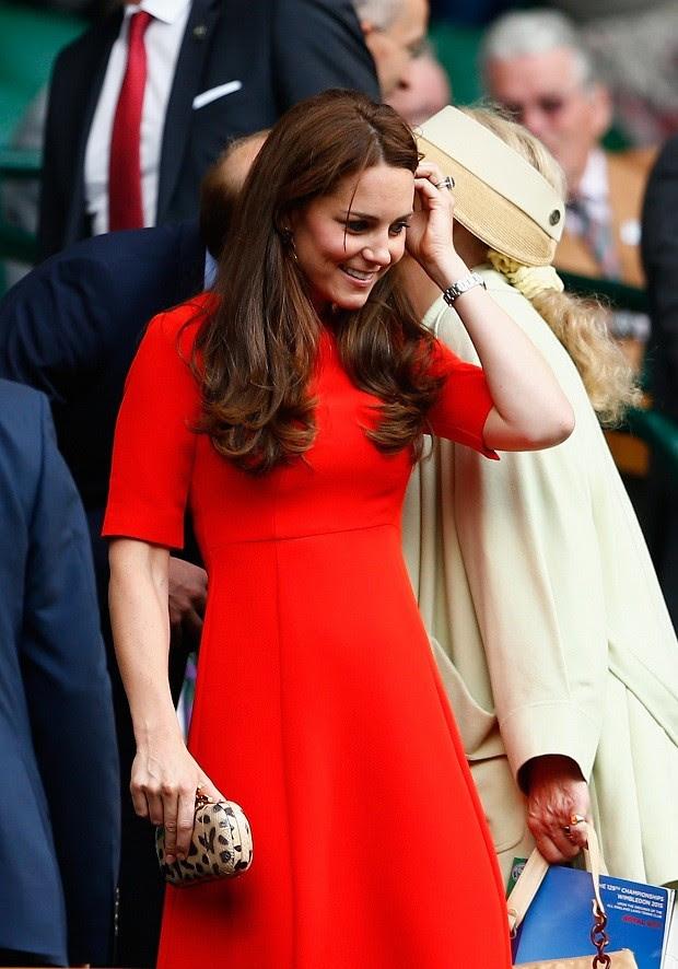 Com as clutches da grife LK Benett, que se tornam o destaque no look  (Foto: Getty Images )