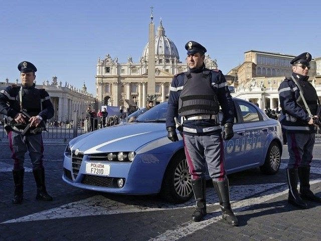 Policiais italiano patrulha em frente à Praça de São Pedro em Roma