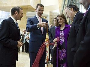 Los Príncipes de Asturias reciben un presente en presencia del 'lehendakari' y el alcalde de Bilbao. (Foto: Mitxi)
