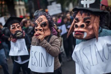 Miles marchan al Zócalo por normalistas desaparecidos. Foto: Alejandro Saldívar