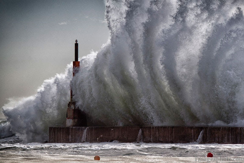 crashing-waves-into-lighthouse-pier-gaia-portugal