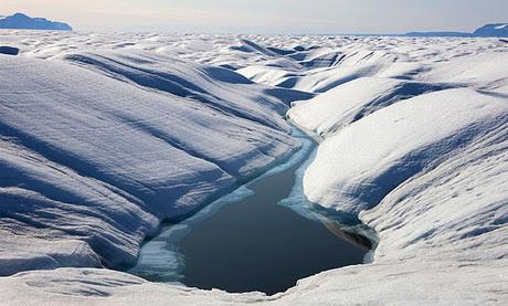 Un lago en el glaciar Petermann, origen de la grieta que causa la separación de la masa de hielo del continente de Groenlandia.