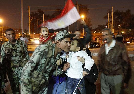 Garoto egípcio beija soldado após renúncia de Mubarak; Exército elogia medida e promete mediar transição
