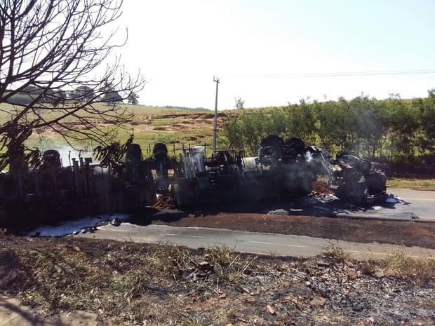 Caminhão com combustível capotou e explodiu na PR-482 (Foto: Roberto Porto/ RPC Noroeste)