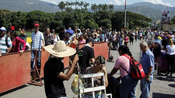 """En una conversación telefónica, el lunes en la noche, los presidentes Nicolás Maduro y Juan Manuel Santos acordaron """"abrir la frontera de manera progresiva, con estricta vigilancia y seguridad"""" (Reuters)"""
