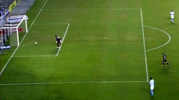 Rafael deixa a bola passar por baixo do seu pé após recuou de Igor Julião