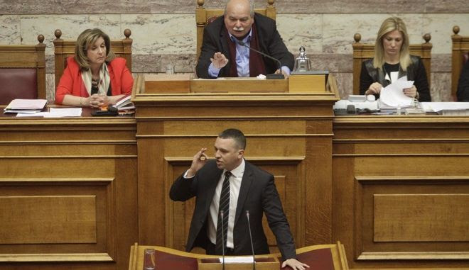 Αποτέλεσμα εικόνας για Ηλίας Κασιδιάρης στήν είσοδο της Βουλής