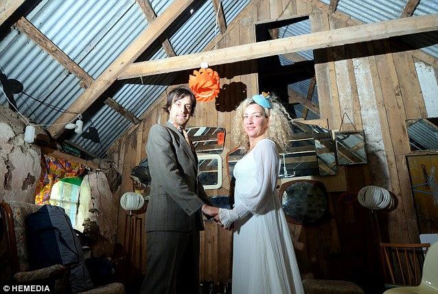Η μόνη δαπάνη το ζευγάρι δεν μπορούσε να αποφύγει το κανονιστικό £ 70 για τα τέλη που απαιτούνται για να παντρευτεί, αλλά όλα τα υπόλοιπα ήταν δωρεά ή προέρχονται δωρεάν