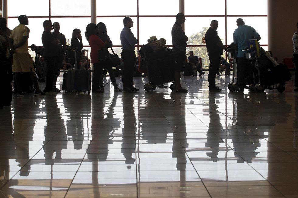 Viajeros a la espera de subir a un avión.