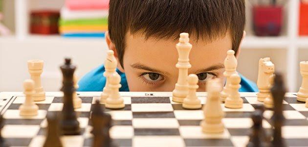 Niño juega a ajedrez