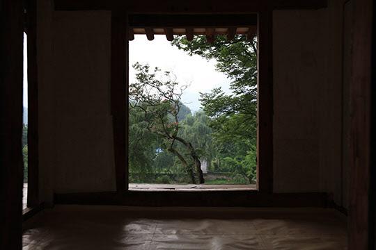 환벽당에서는 영산강 지류가 내려다보인다. 사촌 김윤제는 낮잠을 자다 용이 멱을 감는 꿈을 꿨는데 놀라 밑으로 내려가보니 어린 정철이었다고 한다.