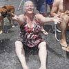 Cascata improvisada refresca vizinhos em rua na Pompeia