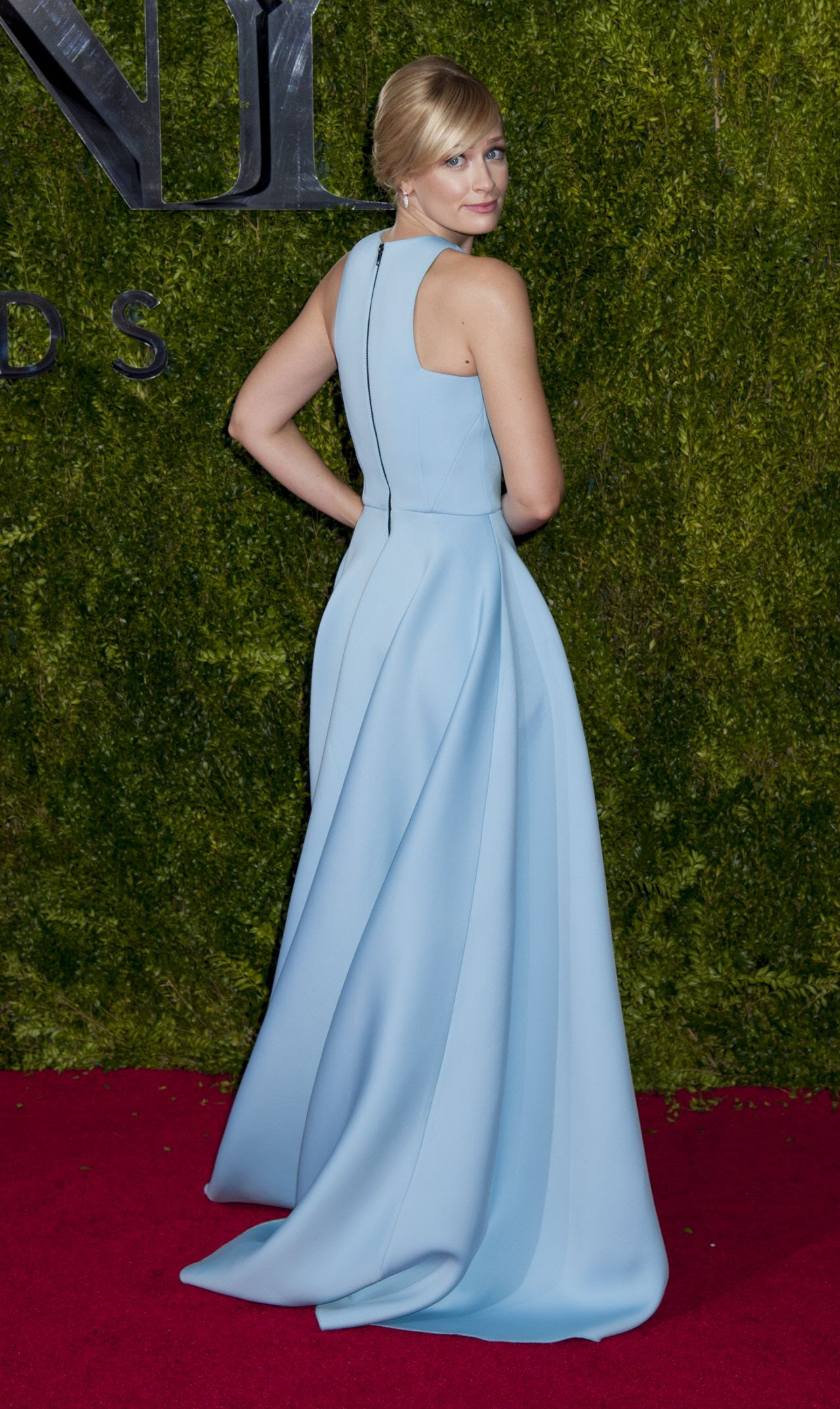 http://fashionsizzle.com/wp-content/uploads/2015/06/beth-behrs-on-red-carpet-2015-tony-awards-in-new-york-city_2.jpg