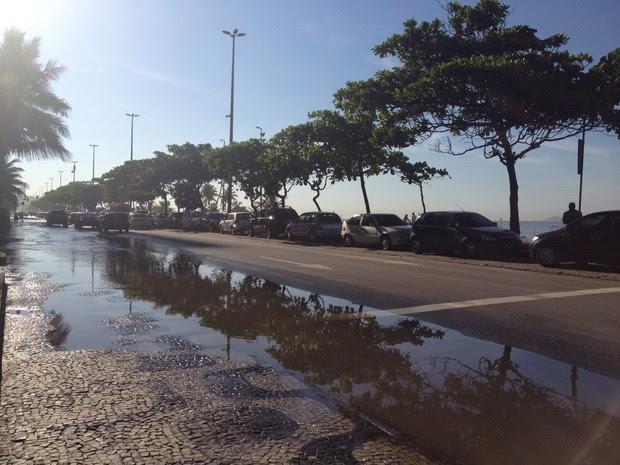 Devido ao vazamento, carro caiu no buraco que se abriu na Av. Vieira Souto (Foto: Isabela Marinho/G1)