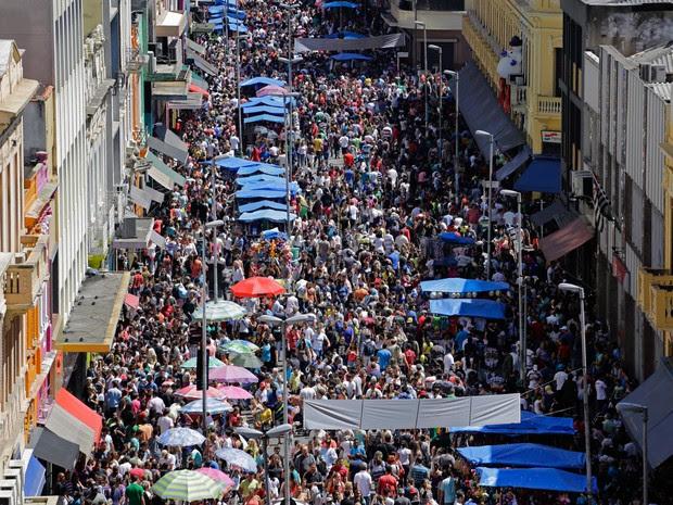 Consumidores buscam presente de Natal na Rua 25 de Março (Foto: Rogério Cavalheiro/Futura Press/Estadão Conteúdo)