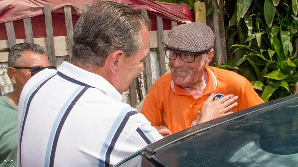 Luis Fernando recepcionado alegremente por um morador
