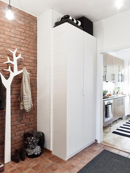 cool hanging clothes (viaPLANETE DECO)