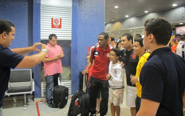 Elias e torcedor, desembarque Flamengo em Recife (Foto: Janir Júnior)