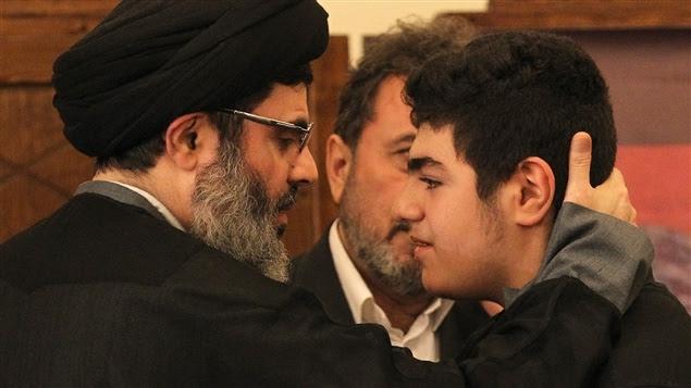 Le fils de Moustafa Badreddine, Ali, reçoit les condoléances.
