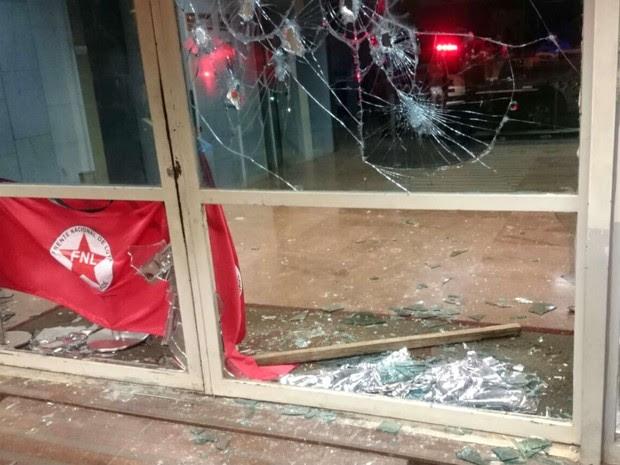 Vidraças quebradas no Ministério do Desenvolvimento Agrário, em Brasília; membros da FNL acampavam na área externa desde terça (2) (Foto: Polícia Militar/Divulgação)