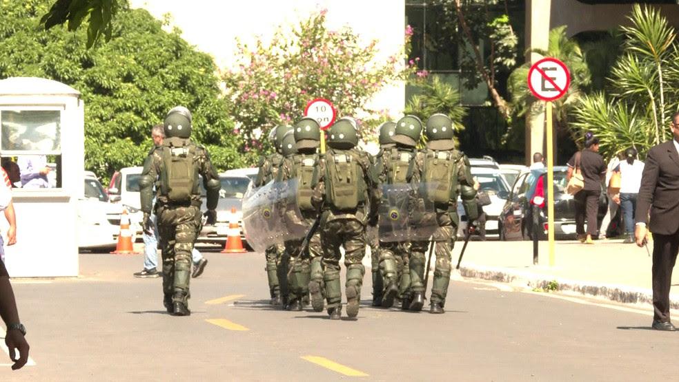 Militares deixam prédio do governo após Temer revogar decreto que pedia ação das Forças Armadas em Brasília (Foto: Reprodução/GloboNews)