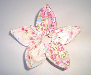 Faça duas flores de fuxico com tecido estampado