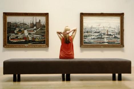 Una empleada del museo posa frente a algunas de las piezas de la exposición.   Reuters