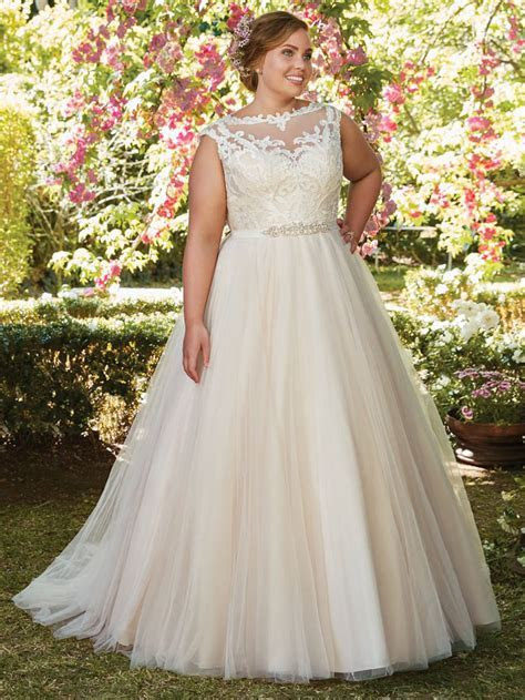 21 wedding dresses for curvy brides