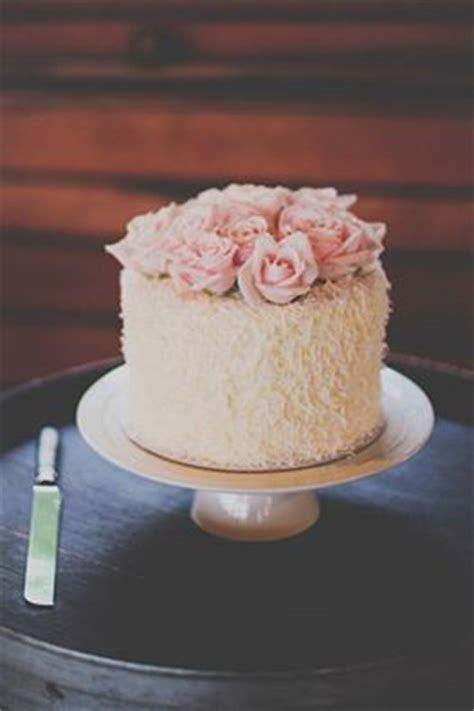 A layer of love: single tier wedding cake   Easy Weddings