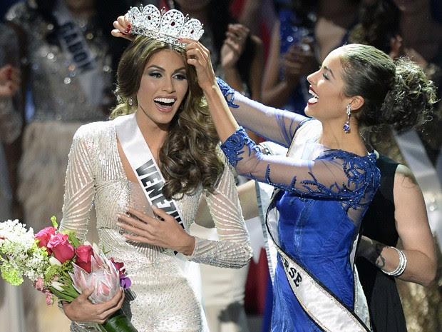Gabriela Isler foi coroada por Olivia Culpo, a Miss Universo 2012 (Foto: Alexander Nemenov/AFP)