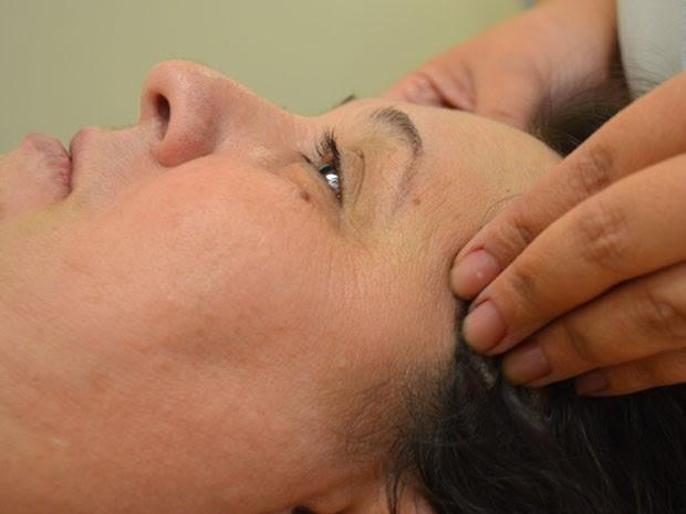 Grupo testa massagem que pode curar dores de cabeça (Foto: Rodolfo Tiengo/ G1)