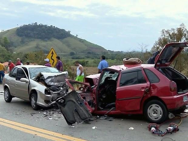 Acidente deixa quatro feridos na BR-459 próximo a Piranguinho, MG (Foto: Reprodução EPTV / Edson de Oliveira)