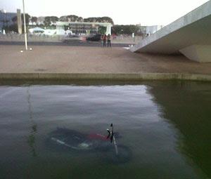 Homem joga moto dentro do lado do Planalto (Foto: Do G1 em Brasília)