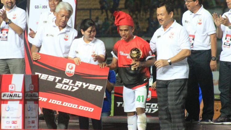 Penyerang Persebaya Surabaya, Irf   an Jaya, terpilih sebagai Pemain Terbaik Liga 2 2017. Copyright: Indosport/Arif Rahman