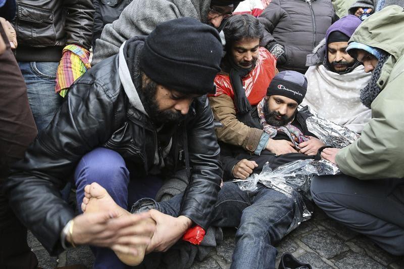 Afegãos participam de protesto por asilo na cidade de Mons, na Bélgica. Eles pedem ao governo belga autorização para viver legalmente no país
