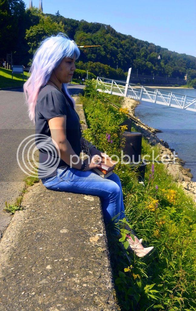 Sommer Outfit mit Seidenbluse in anthrazit kombiniert mit Jeans und High Heel Sandals