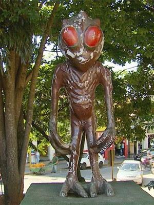 Estátuas e monumentos do ET estão abandonados em Varginha (Foto: Reprodução EPTV)